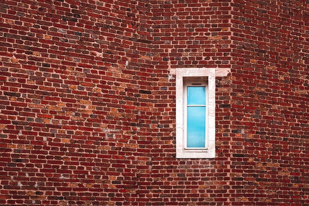 Fenêtre sur briques rouges
